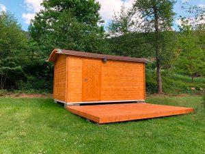 Außenansicht der Holzhütte auf dem Campingplatz Alpirsbach