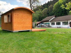 Außenansicht Rückseite der Holzhütte auf dem Campingplatz Alpirsbach