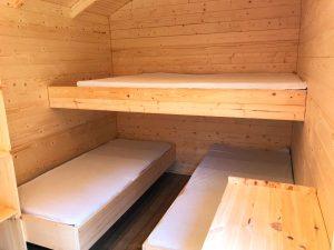 Betten in der Holzhütte auf dem Campingplatz Alpirsbach