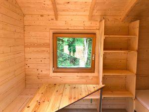 Sitzecke mit Tisch in der Holzhütte auf dem Campingplatz Alpirsbach